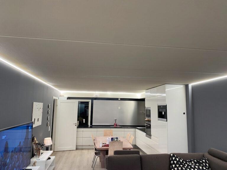 Spennende belysning i en leilighet med betongvegger og betongtak